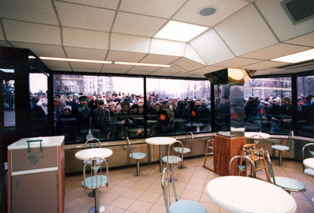 first-mcdonald-restaurant-opens-soviet-union-moscow-russia-1900-37-5b963ca426c97__700 The First McDonald's In Moscow Opened In 1990, And These 27 Pics Show How Insane It All Was Design Random