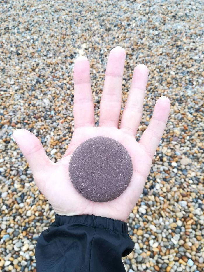 Este guijarro satisfactorio que encontré en la playa