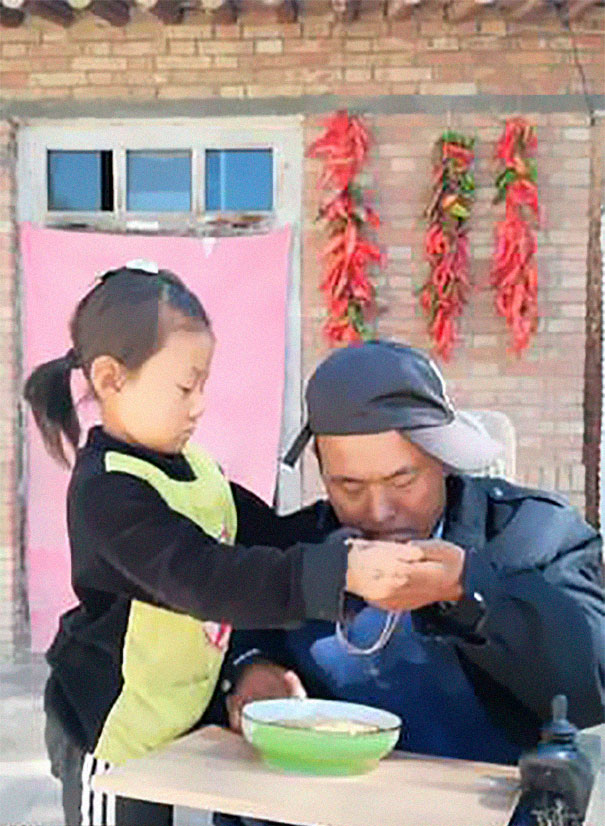 6-year-old-girl-jia-jia-help-paralysed-father-tian-haicheng-china-5-5bb46d96c4826__605 Woman Abandons Family After Husband Gets Paralyzed, And The Way Their Little Girl Started Taking Care Of Him Is Incredible Design Random