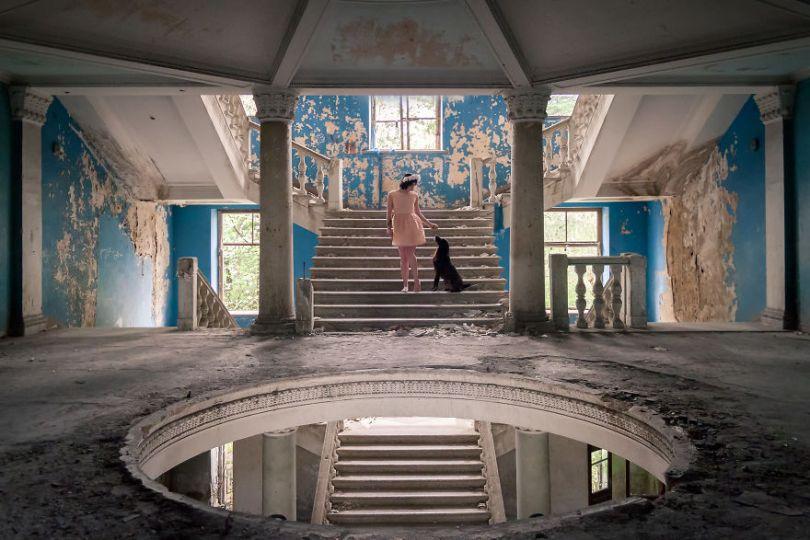 ADVENTUROUS COUPLE TAKE SERIES OF PORTRAITS IN ABANDONED INSPIRING LOCATIONS ACROSS EUROPE 5bc8b0db17102  880 - Fotógrafo tirou fotos da namorada em locais abandonados da Europa