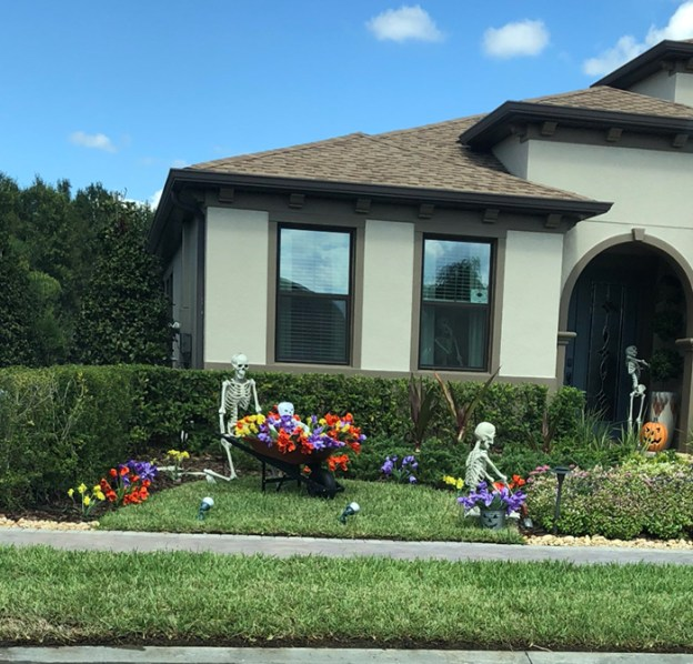 neighbors-house-halloween-decorations-skeletons-sami-campagnano-1-5bd2cf6bb8a3f__700 Girl Notices Her Neighbor's Halloween Skeletons Are Playing Out A New Scenario Every Day, And It's Hilarious Design Random
