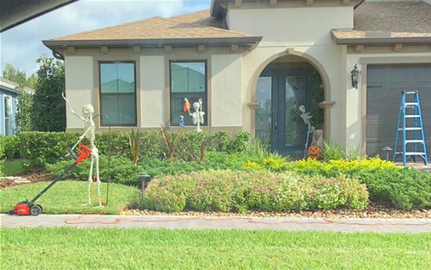 neighbors-house-halloween-decorations-skeletons-sami-campagnano-15-5bd2cf960a16f__700 Girl Notices Her Neighbor's Halloween Skeletons Are Playing Out A New Scenario Every Day, And It's Hilarious Design Random