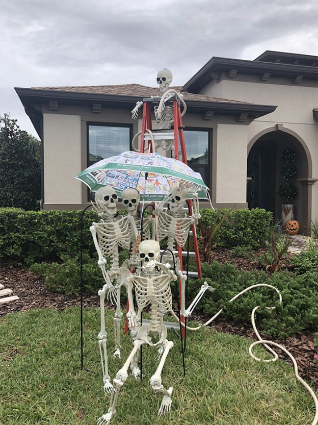 neighbors-house-halloween-decorations-skeletons-sami-campagnano-31-5bd6ec8c59d3e__700 Girl Notices Her Neighbor's Halloween Skeletons Are Playing Out A New Scenario Every Day, And It's Hilarious Design Random