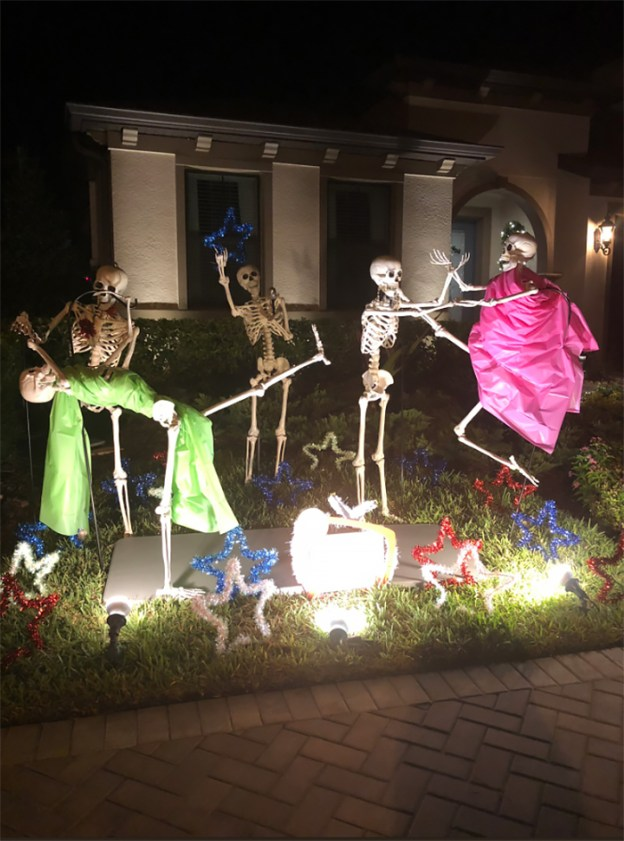 neighbors-house-halloween-decorations-skeletons-sami-campagnano-34-5bd6ecf74e0b1__700 Girl Notices Her Neighbor's Halloween Skeletons Are Playing Out A New Scenario Every Day, And It's Hilarious Design Random