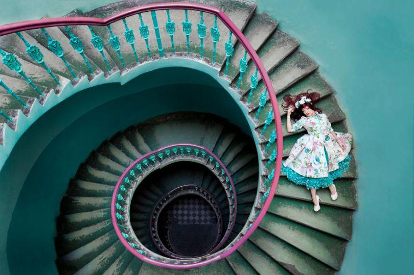 spiral blue jade Edit 5bc8abe1726bf  880 - Fotógrafo tirou fotos da namorada em locais abandonados da Europa