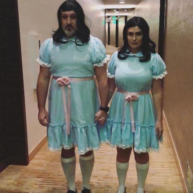Joey Fatone e Izabel Araujo como las Gemelas Grady de El Resplandor