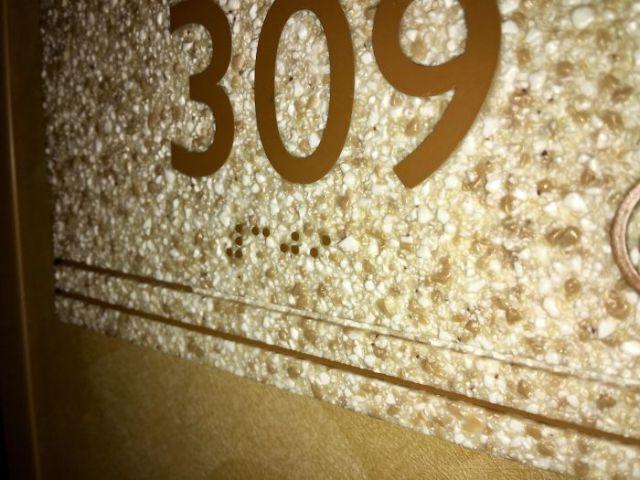 Números en braille en una superficie no lisa