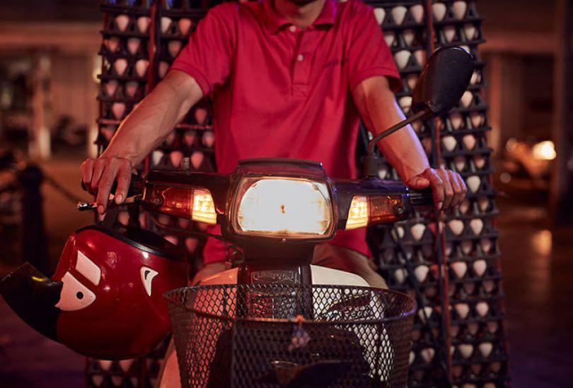 Photographer shows the lives of motorcycle deliverers in Vietnam 5cd90c63290ea  880 - Os motoqueiros-camelô de Hanoi