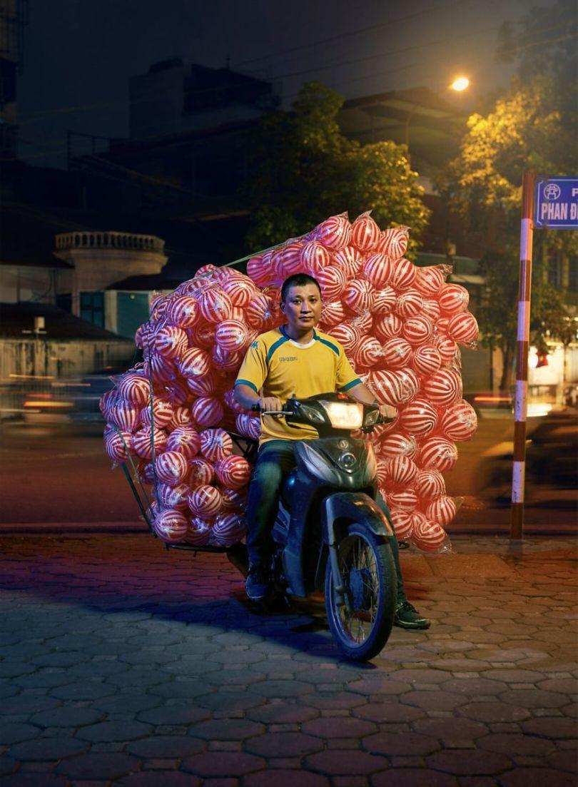W3 5cd838eb23834  880 - Os motoqueiros-camelô de Hanoi