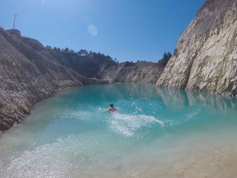 B0OlU3MId61 png  700 - Instagramers confundem lixo tôxico por lindo lago azul