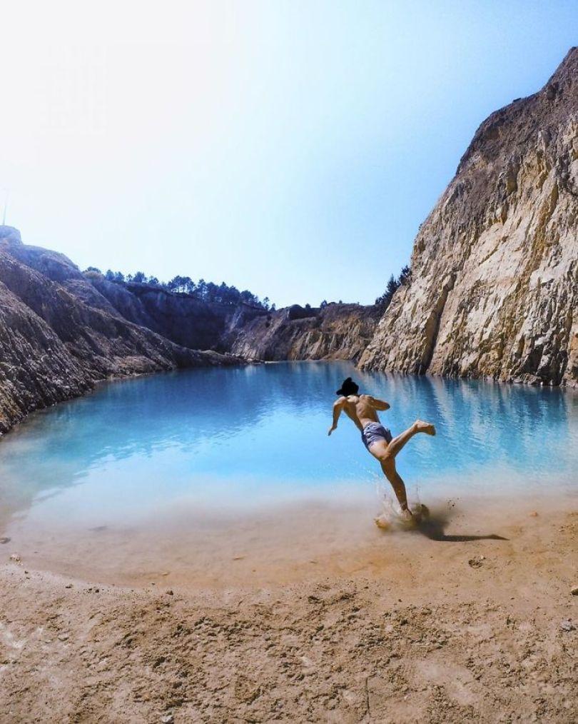 Bz s0BvoO89 png  700 - Instagramers confundem lixo tôxico por lindo lago azul
