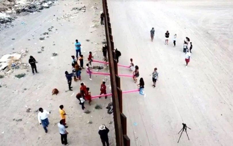 wall 10 5d403c1f975bc  700 - Crianças dos EUA e do México brincam juntas em gangorras na fronteira