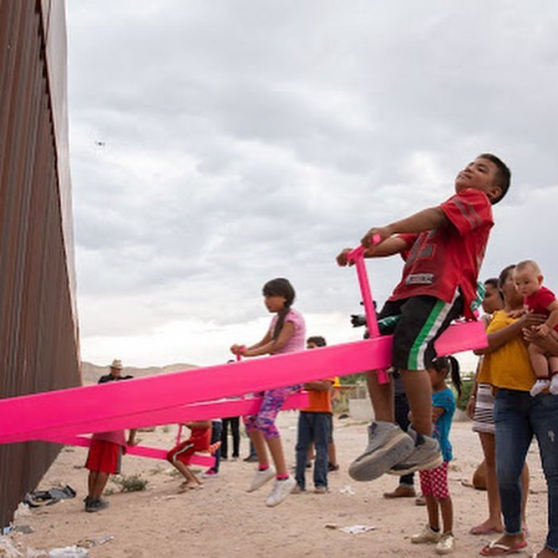 wall 2 5d4038e262838  700 - Crianças dos EUA e do México brincam juntas em gangorras na fronteira