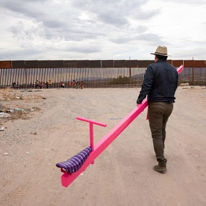 wall 4 5d4038e5c8e43  700 - Crianças dos EUA e do México brincam juntas em gangorras na fronteira