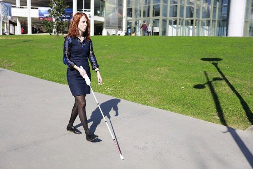 blind engineer invents smart cane wewalk 7 5d76658846bf9  700 - Bengala inteligente com Google Maps será uma das maiores invenções da década sobre acessibilidade