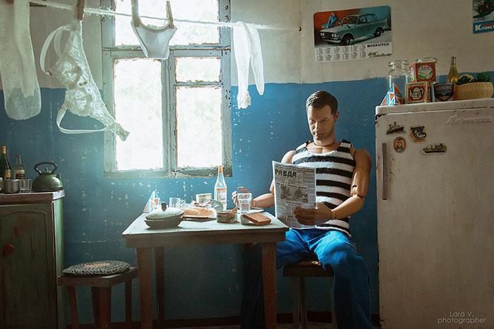 slav barbie ken lara vychuzhanina 11 5de90ddc64f62  700 - Fotógrafo capturou como seria se Barbie e Ken vivessem na Rússia Soviética