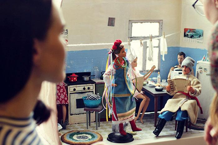 slav barbie ken lara vychuzhanina 16 5de90de6c7027  700 - Fotógrafo capturou como seria se Barbie e Ken vivessem na Rússia Soviética