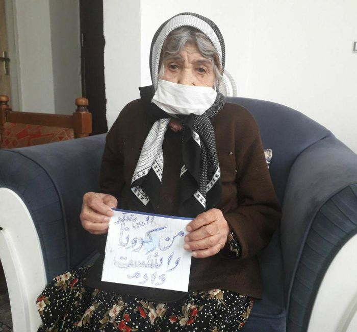 """This 103 Year Old Iranian Women Beat The The Corona Virus And Was Allowed To Go Back Home! She's Holding A Piece Of Paper Saying """"I Defeated The Corona Virus"""""""