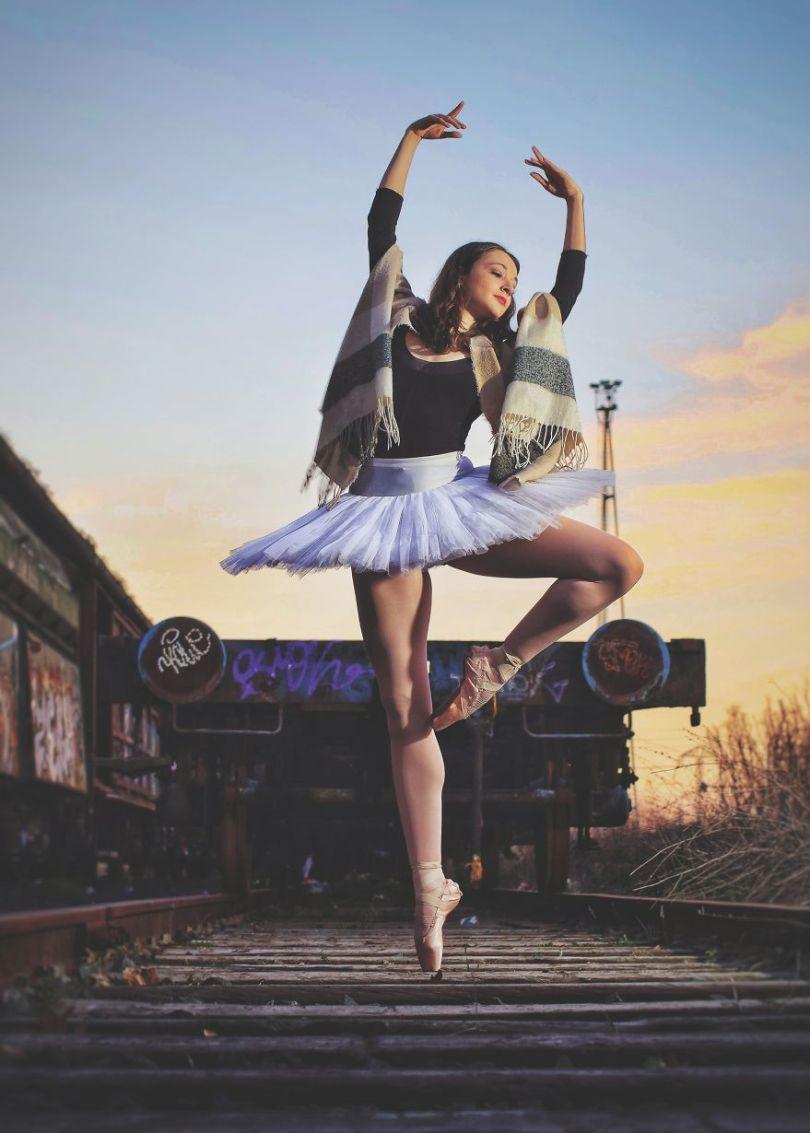 Dancing in the railways by rafaelgranados Spain 5e8f3cb3777a8  880 - As 50 fotos profissionais mais alegres de 2020!