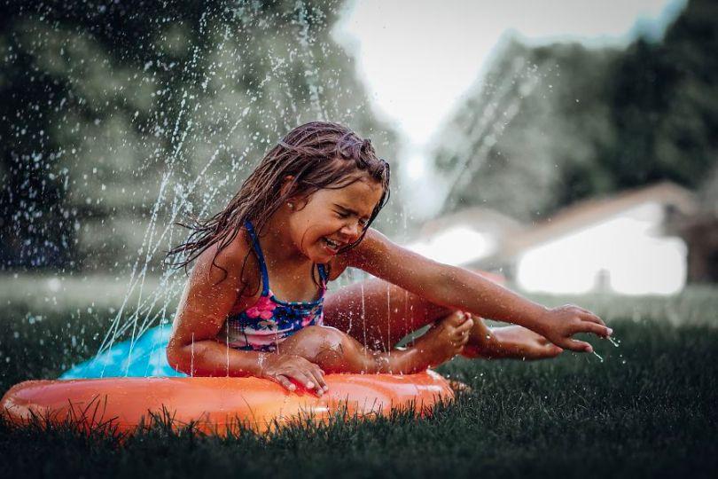 Divertir-se em um dia de verão no escorregar e deslizar