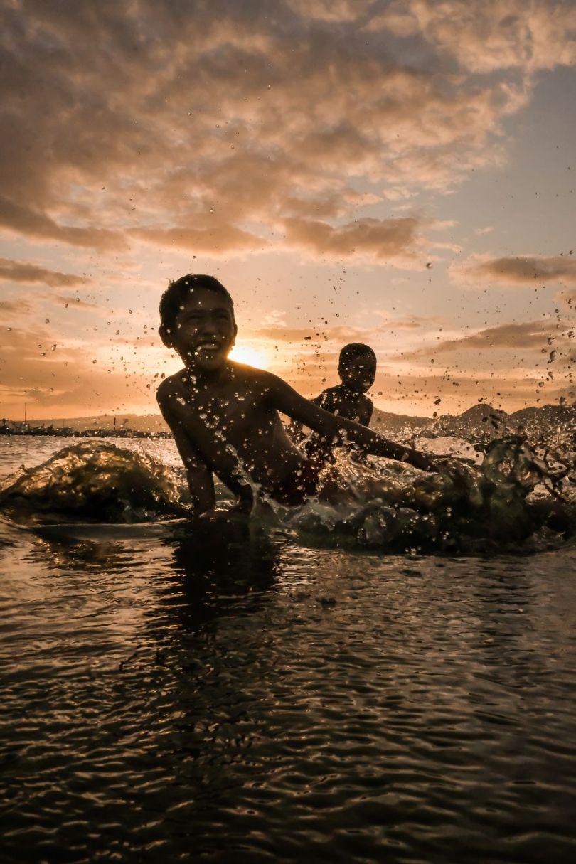 Crianças do oceano e o pôr do sol