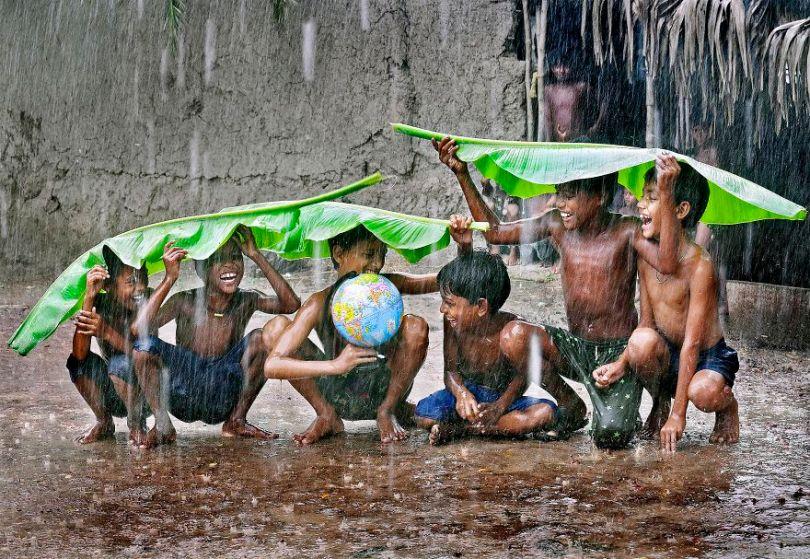 Rainy day fun by pranab basak India 5e8f3d4b26512  880 - As 50 fotos profissionais mais alegres de 2020!