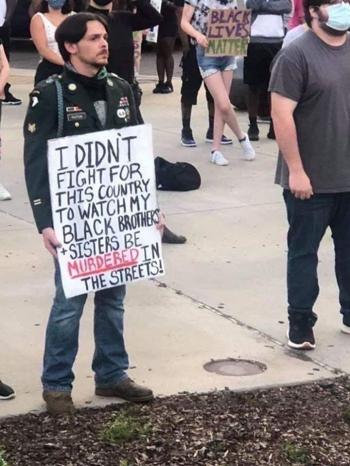 Ветеран, протестующий против своего правительства после борьбы за него, показывает объединенную борьбу за равенство