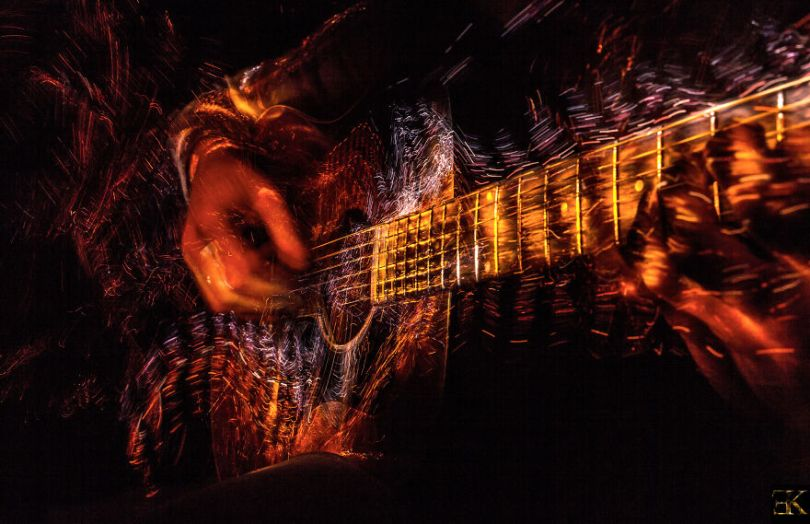 I photographed music instruments with lightpainting no photoshop 5f9b2501863d9  880 - Fotografo utiliza técnica de luz em instrumentos e o resultado é incrível