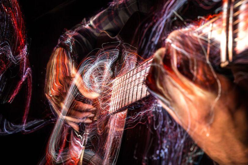 I photographed music instruments with lightpainting no photoshop 5f9b2a532ab2e  880 - Fotografo utiliza técnica de luz em instrumentos e o resultado é incrível