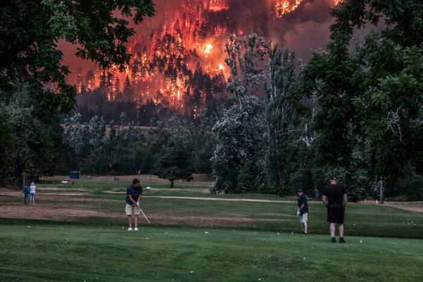 Oregon Fires Next To A Golf Course