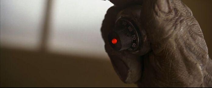 В фильме «Пятый элемент» (1997) «Детонатор», который капитан Мангалора использует для уничтожения круизного лайнера, представляет собой висячий замок в школьном шкафчике.
