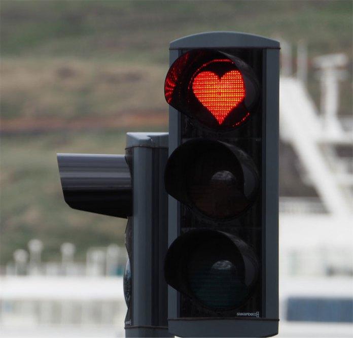 В городе Акюрейри у светофоров красные сердца вместо красных кругов