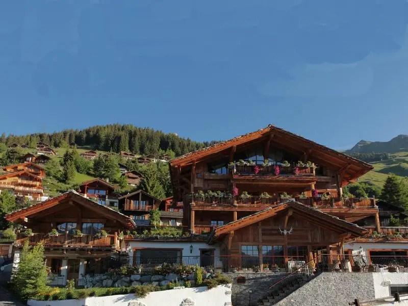 Это безумно большой дом в швейцарских Альпах на продажу за $ 71 миллионов.  Дом известен как L-Рафаэль шале и находится в самом центре горнолыжного курорта Вербье.