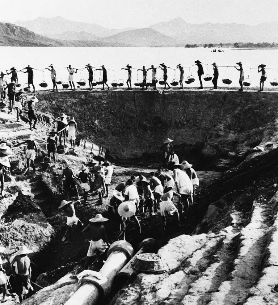Земля была дана деревне коллективов.  Фермеры были объединены в коммунах и заработанных очков.