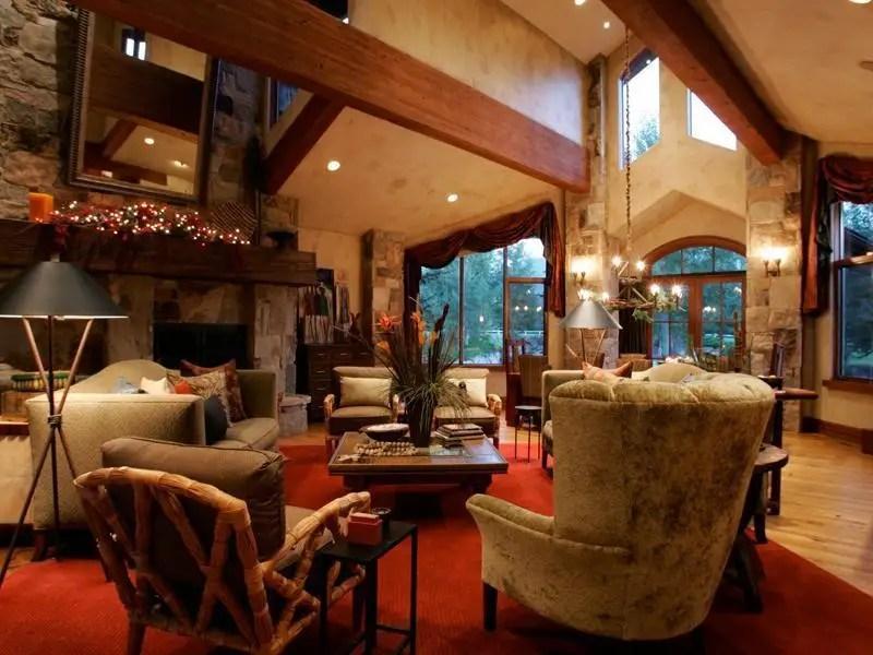 В доме есть шесть спален, шесть ванных комнат, две ванные комнаты и половины.  Есть деревянные полы по всему дому.