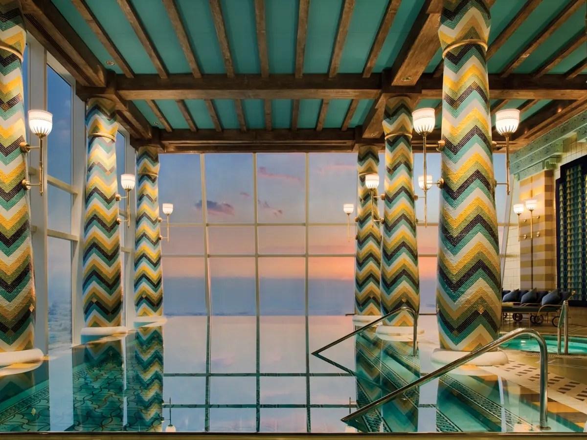 Para relajarse, ir a la tranquila piscina cubierta con vistas al Golfo Pérsico.