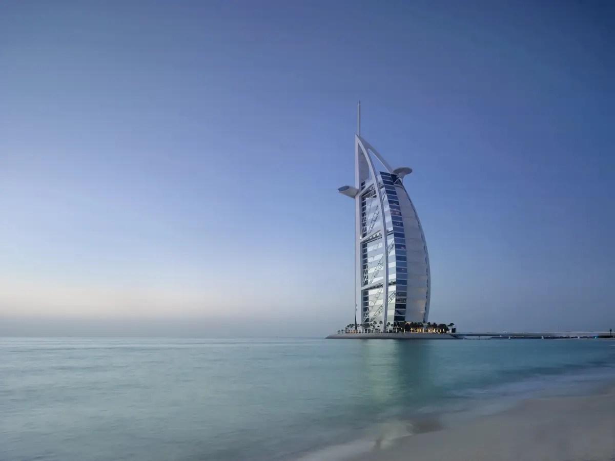 Es el hotel de cuarta más alta del mundo, y es conocido por su forma de vela.
