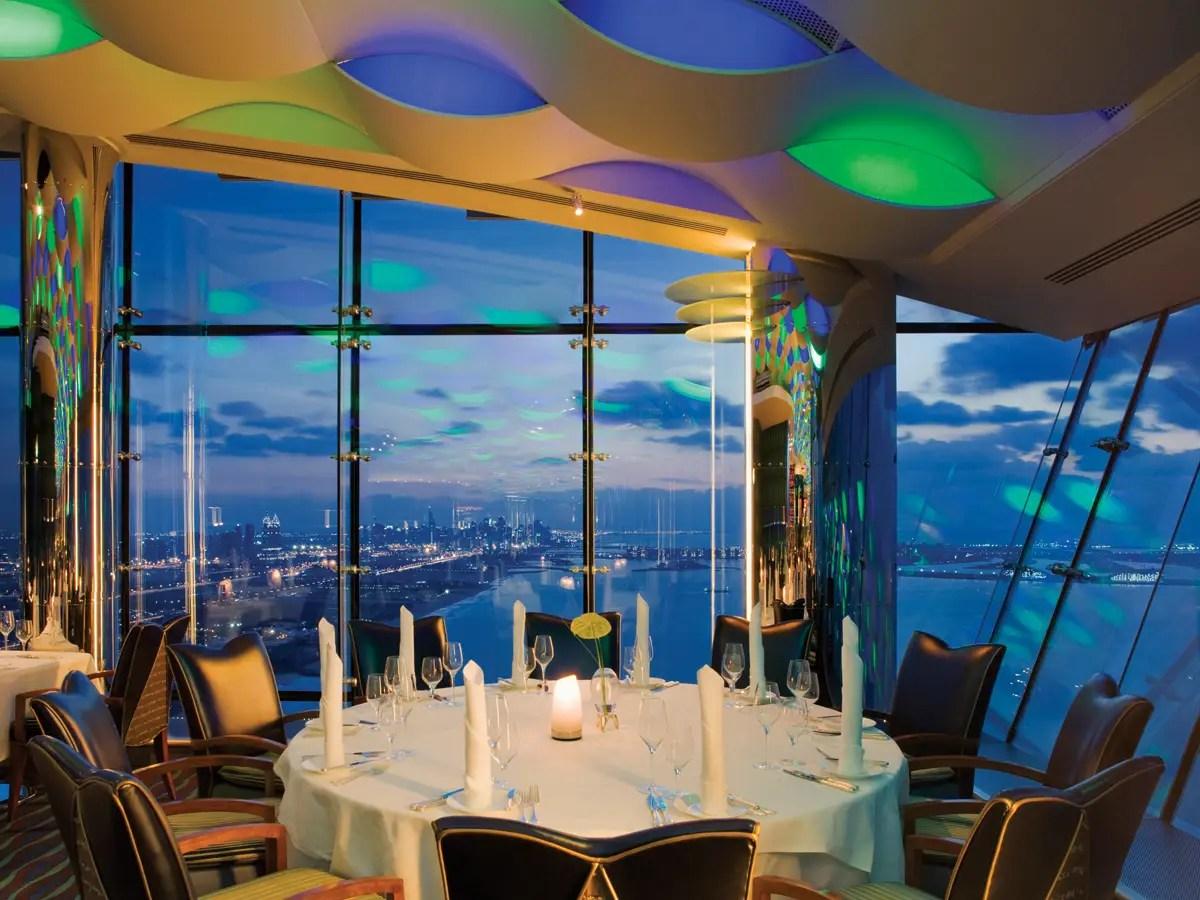 O si lo prefieres mirar el horizonte de la ciudad, cenar en Al Muntaha, un restaurante en la planta 27 con vistas al Golfo.