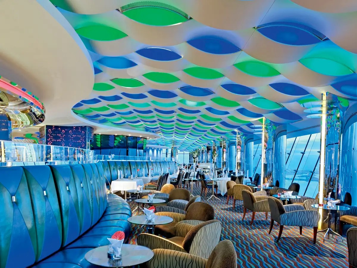 Después de cenar, tomar una copa en el bar Skyview elegante.