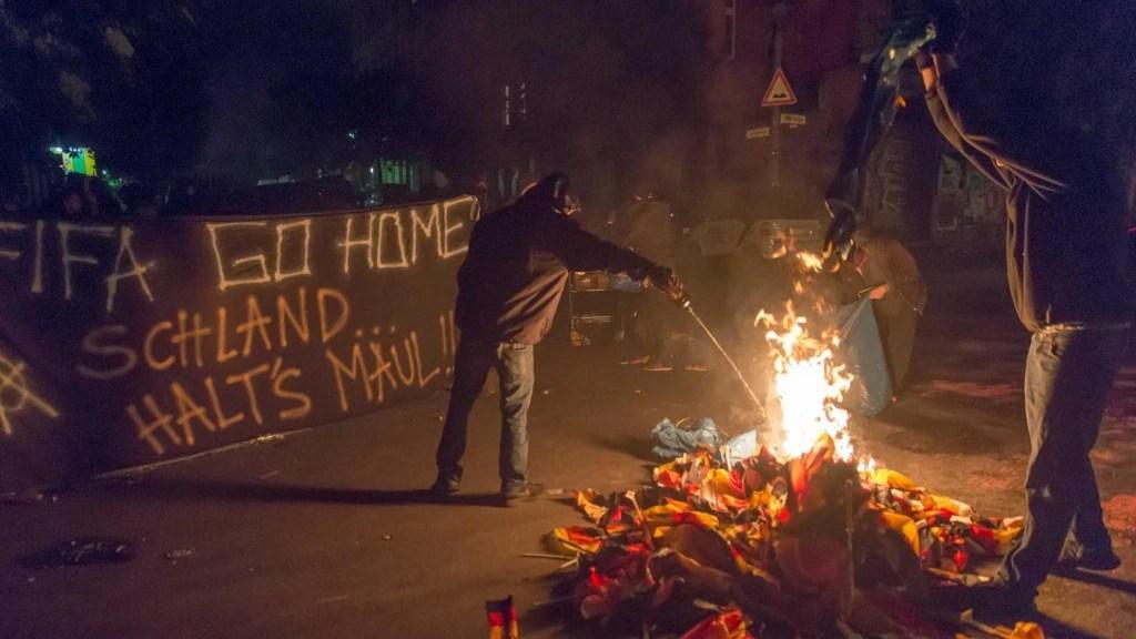 In der Rigaer  Straße wurden nach dem WM-Sieg deutsche Fahnen verbrannt