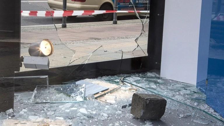Mit einem großen Pflasterstein wurde die Schaufensterscheibe des Kaufhauses in Schöneberg eingeworfen (Foto: Pressefoto Wagner)