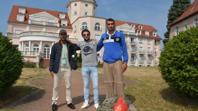Jetzt sind Flüchtlinge wie Daham (26, v. l.), Nejim (25) und Safuan (26) aus Syrien hier untergekommen (Foto: Sven Meissner)