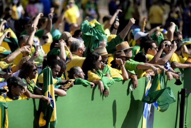 Multidão protesta em Brasília