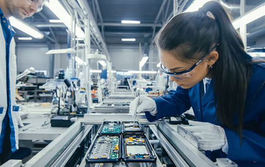 Industry – electronics factory worker ©Gorodenkoff adobe stock.com