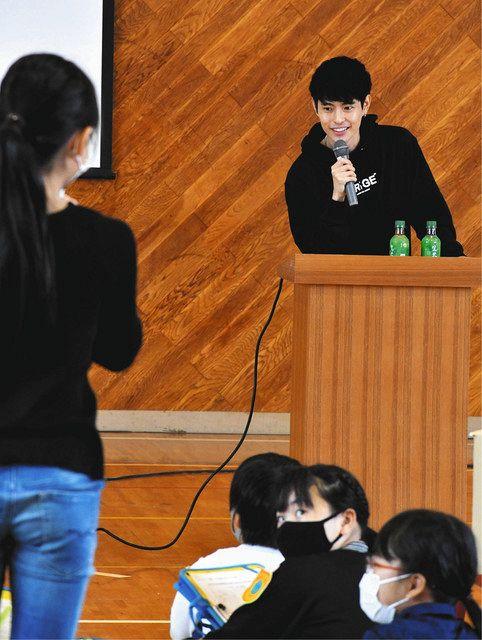 児童からの質問に答えるFumiyaさん(右)=浜松市東区の有玉小で