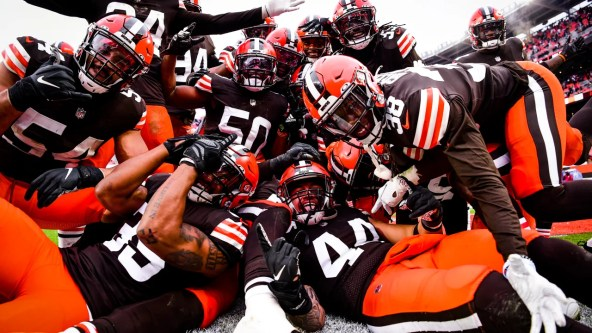 The Cleveland Browns play the Pittsburgh Steelers at FirstEnergy Stadium in Week 17.