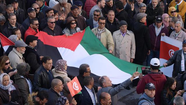Un drapeau palestinien porté lors d'une manifestation organisée en Tunisie contre le plan de Donald Trump