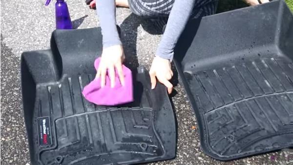 nettoyer les tapis de voiture