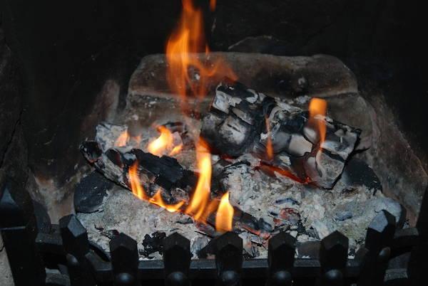 Mettez du marc de café dans les cendres pour empêcher nuage poussière