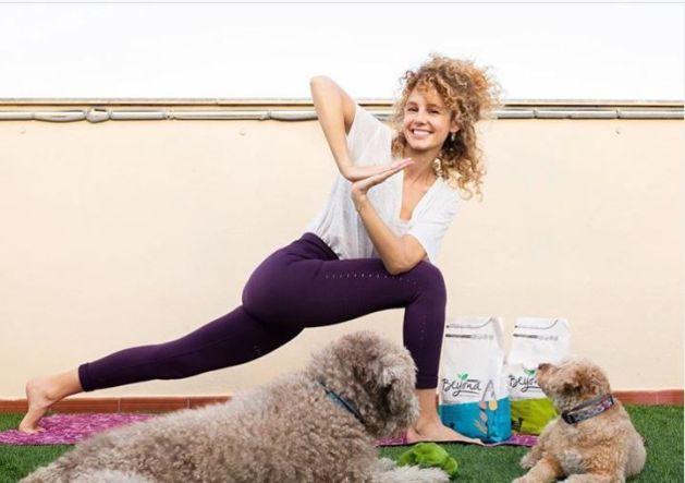 Purina Beyond organiza una Masterclass de yoga canino online y en vivo con Esther Acebo y sus mascotas